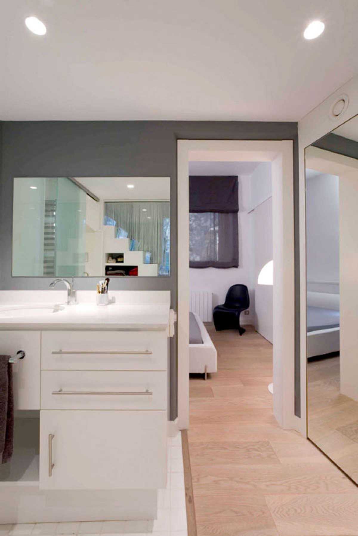 Modern Looking Apartment Idea - Bathroom