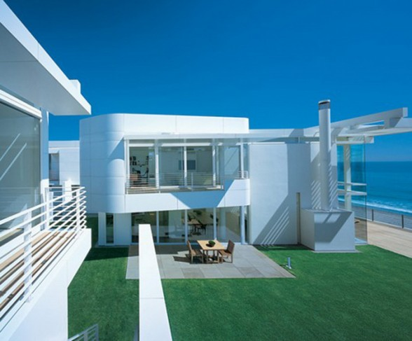 Beautiful White Residence in California Beach by Richard Meier and Michael Palladino - Garden