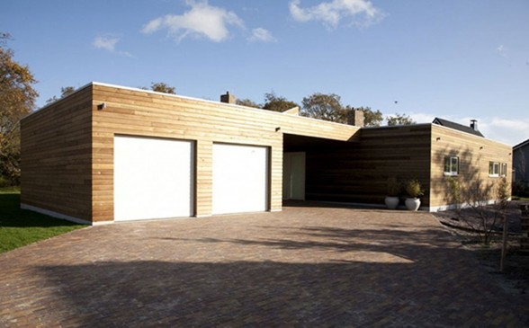 Ranch House with Glass Façade and Contemporary Design - Garage