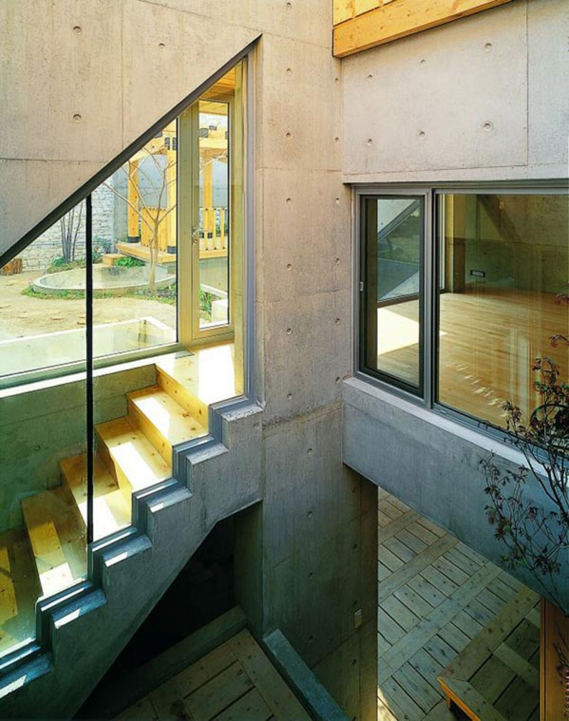Great Combination Of Wood And Concrete In A Courtyard House Design   Glass Decoration For Staircase