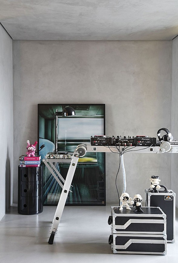 A Disc Jockey's Modern House with Studio in Sao Paulo - DJ Studio