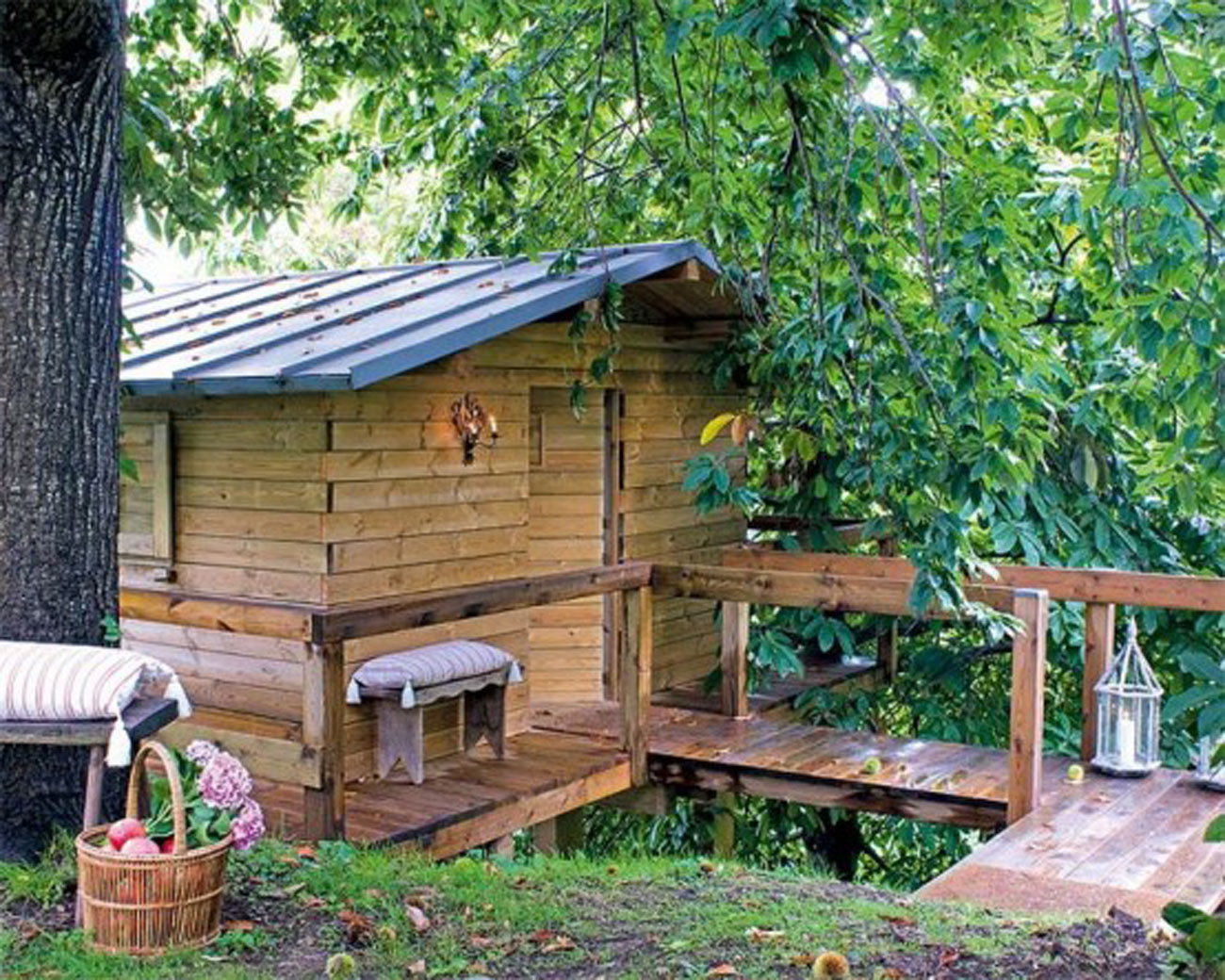 Rustic tree house mini home with wooden materials for for Jardines de casas rusticas