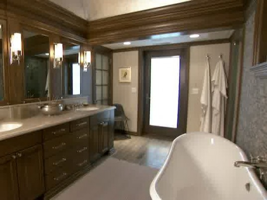 Romantic Bathroom with Classic Style
