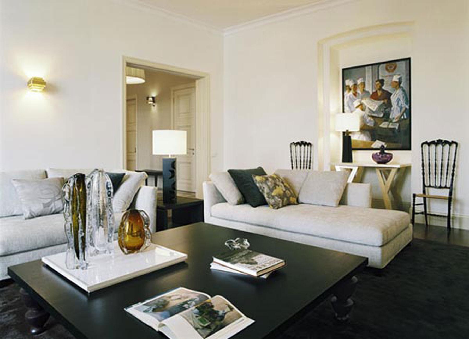 Elegant And Glamorous Apartment Ideas With Beautiful Glass Decoration Livingroom